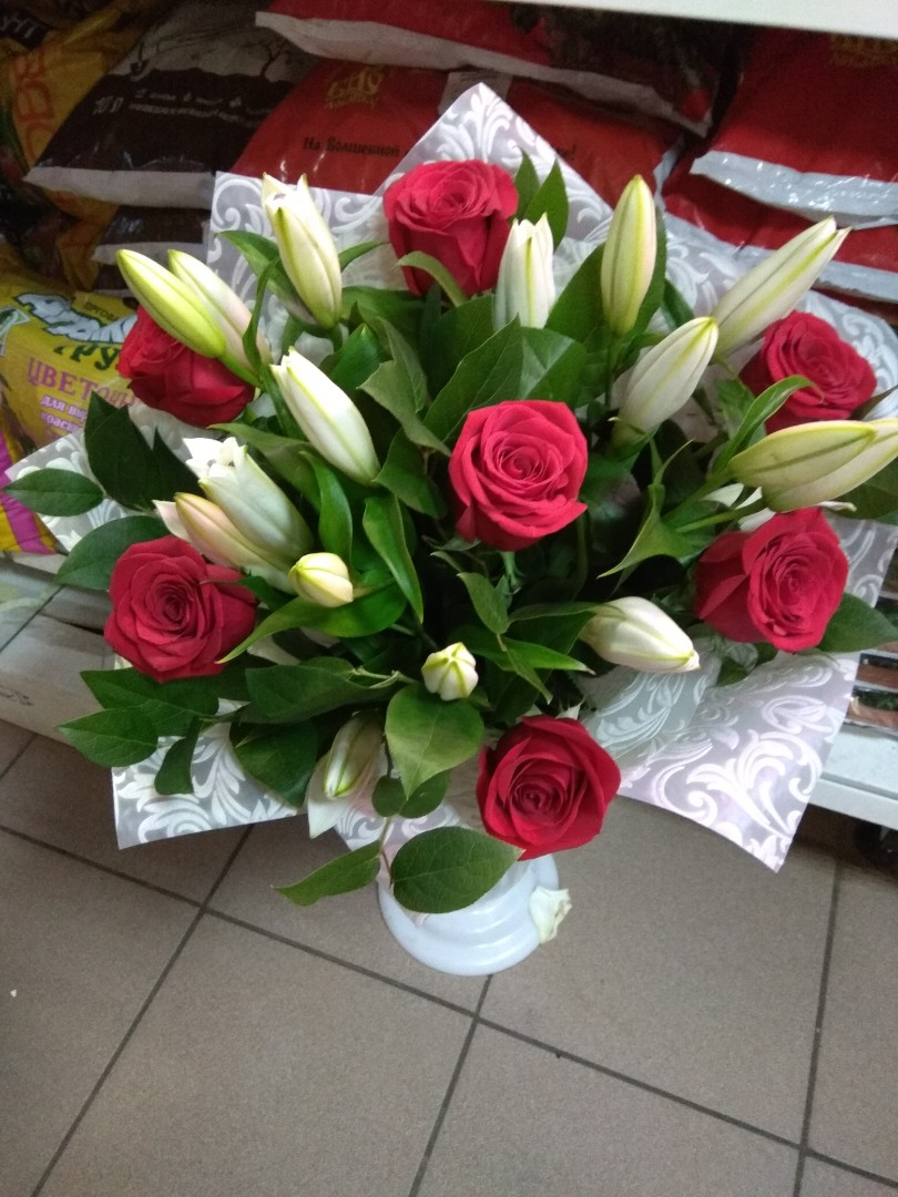 выпущенное лилии с розами букет фото борьбы